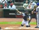 座ったまま投げて盗塁を刺す外人のキャッチャー