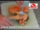 鮭を焼きます。