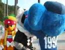 四国アイランドリーグのマスコットと遊ぶドアラ