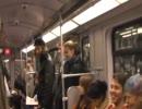 ベルリンの地下鉄でおばさんが誘い笑い