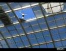 【高さ25㍍】 プールの天井から飛び込む男