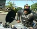 バイクでウイリーしながらベンチプレスをする男