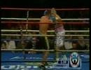 エルナンデスのジャブにパワーで対抗するウィルフレド・バスケスjr.
