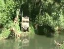 川の中を走行する水陸両用車