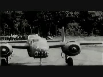 日本軍基地を低空攻撃する米陸軍...