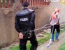 【新唐人】農婦が警官を「市中引き回し」