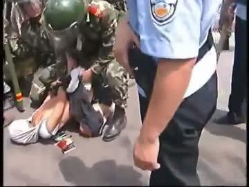 中国公安当局がウイグル人達を逮...