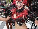 第33回浅草サンバカーニバル=情熱的な踊り、個性豊かな衣装で観客を魅了