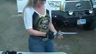 M500を女性が片手で撃ってみた