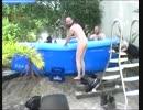 コルピ、プールではしゃぐ