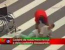 車椅子の男、走って逃げる