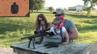 2歳の幼女に銃を撃たせる親