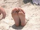 砂浜に埋められ足裏責め