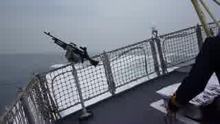 甲板に大勢人が乗った軍艦が高速急旋回