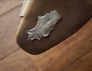 靴の裏側についたガムを綺麗に剥がす裏ワザ!