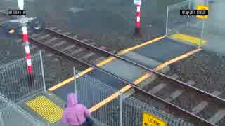Near miss near Mt Eden(踏切を渡ろうとした女性が電車とニアミス)