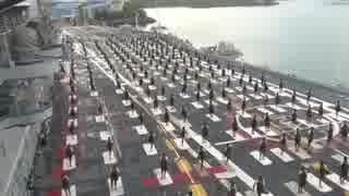 【インド】空母の飛行甲板で集団ヨガ