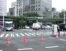 終戦記念日、街宣車を阻止する警察の柵