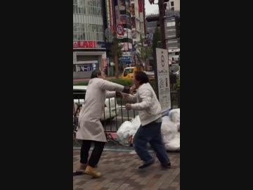 殴りかかってくるドロボウVSコート着たおじさん (場所:新宿)