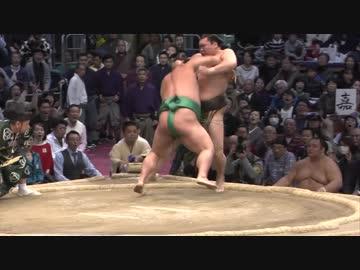 【大相撲】白鵬、嘉風に敗れ不服の表情で土俵上に立ち尽くす