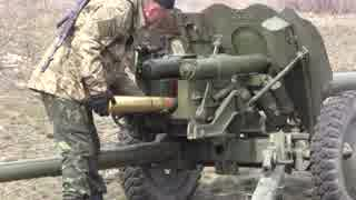 85mm野砲D-44を撃つウクライナ兵