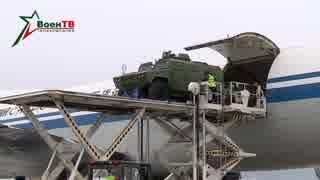 貨物機で運ばれる装甲車
