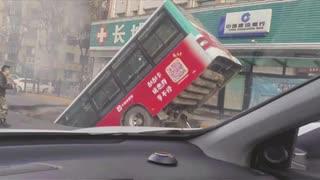 中国の人喰い穴で犠牲者多数