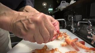 寿司職人がブラックタイガーをたくさん仕込んで握る動画です。