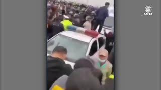 湖北省で大規模衝突・警察車両が倒される