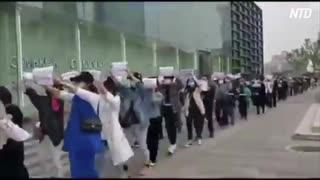 武漢の業者がデモ行進 → 早速警察に弾圧される