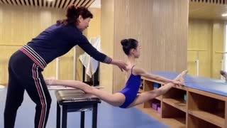 バレリーナの柔軟訓練 バレエに欠かせない柔軟な体を作るための開脚法