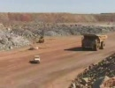 車 vs 採掘用の巨大ダンプ