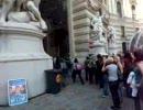 ウィーンでデモ隊について行く