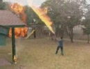 アメリカの少年2人が、裏庭で戦争を始めたようです。 thumbnail