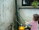 少女と猫がネズミを退治