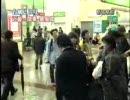 台風中継の現地カメラに田村ゆかりのCDを見せるオタク