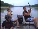 矢をうって魚を捕る