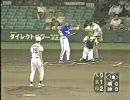 キャッチャーが投げた返球が、鈴木尚典の頭部へ