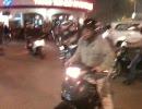 ベトナム ハノイ 大量のバイクの中を横切る