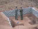 手榴弾を自分の近くに落とす中国兵