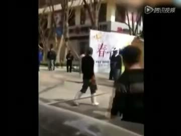 【中国】浮気で娘の前で裸にされ集団リンチ、女児の泣き叫びに周囲無視