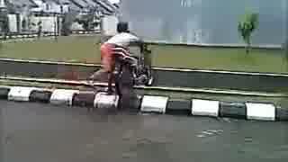 友人のバイク転倒に爆笑