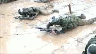 過酷 陸上自衛隊泥水を掻き分ける歩伏前進