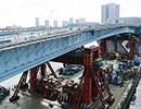 台船リフトアップ工法による日本最長の橋桁架設=首都高晴海線