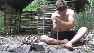 原始的方法で小屋を作る外国人