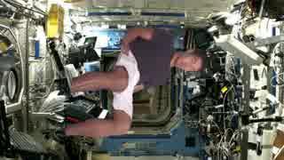 宇宙ステーションでインタビューを受ける先輩