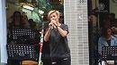 「強権に屈しない」 ランコム事件の香港歌手の路上ライブに数千人