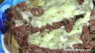 牛肉とチーズとグレイビーソースのサンドイッチ