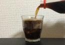 グラスに注いだコーラの泡を抑える裏技!