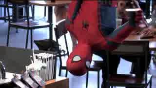 スパイダーマンがあの有名カフェ店でドッ
